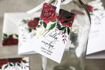 Burgundowe zawieszki na butelki weselne ze złoconymi gałązkami w stylu glamour, motyw bordowych piwonii