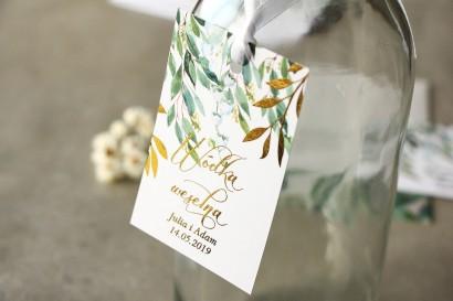 Biało - zielone zawieszki na butelki weselne z konwalią i złoconymi gałązkami w stylu glamour