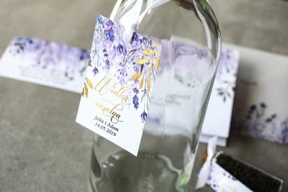 Fioletowe zawieszki na butelki weselne z wrzosami i złoconymi gałązkami w stylu glamour