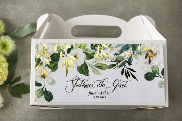 Biało-zielone pudełko na ciasto weselne ze złoconymi gałązkami w stylu glamour, motyw delikatnych, białych kwiatów i zieleni