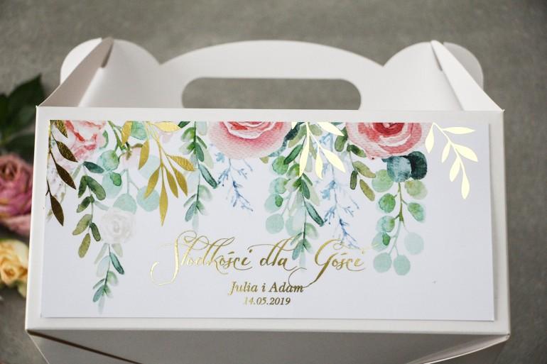 Różowe pudełko na ciasto weselne ze złoconymi gałązkami w stylu glamour, motyw delikatnych, różowych piwonii z eukaliptusem