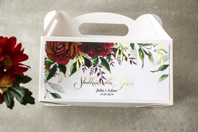 Bordowe pudełko na ciasto weselne ze złoconymi gałązkami w stylu glamour, motyw bordowych piwonii z zielonymi gałązkami
