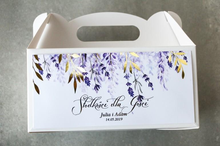 Fioletowe pudełko na ciasto weselne z wrzosami i złoconymi gałązkami w stylu glamour