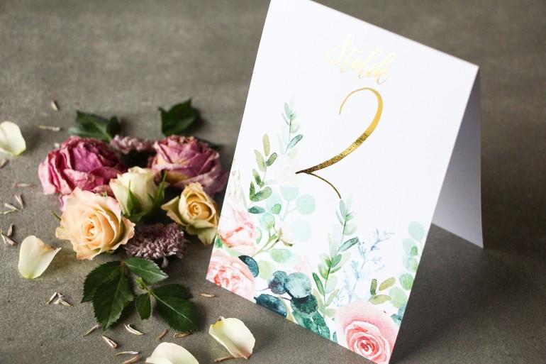 Różowe Numery stołów weselnych ze złoconymi gałązkami w stylu glamour, motyw delikatnych, różowych piwonii z eukaliptusem