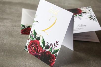 Bordowe Numery stołów weselnych ze złoconymi gałązkami w stylu glamour, motyw bordowych piwonii z zielonymi gałązkami