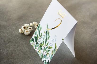 Biało - zielone Numery stołów weselnych z konwalią i złoconymi gałązkami w stylu glamour