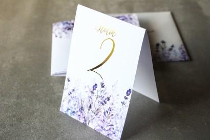 Fioletowe Numery stołów weselnych z wrzosami i złoconymi gałązkami w stylu glamour