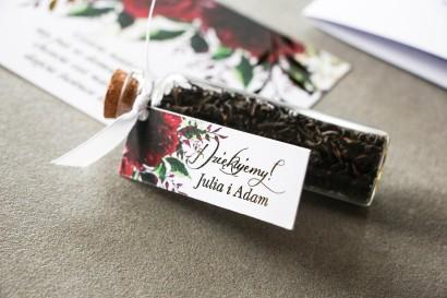 Podziękowania dla Gości w postaci buteleczek z herbatą. Przywieszka ze złoconymi gałązkami, motyw bordowych piwonii
