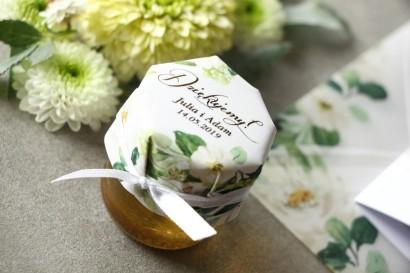 Słoiczek z miodem - słodkie podziękowanie dla gości weselnych. Biało-zielony kapturek ze złoconymi napisami w stylu glamour