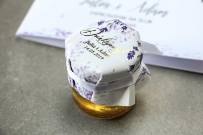 Słoiczek z miodem - słodkie podziękowanie dla gości weselnych. Fioletowy kapturek ze złoconymi napisami oraz z wrzosami