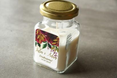 Świeczki - podziękowania dla gości weselnych. Burgundowa, bordowa etykieta ze złoconymi gałązkami w stylu glamour