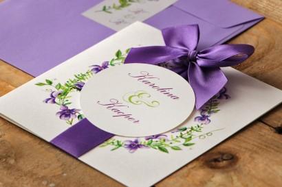 Zaproszenie ślubne z kokardą i kolorową kopertą - Akwarele nr 7 - Fioletowe fiołki