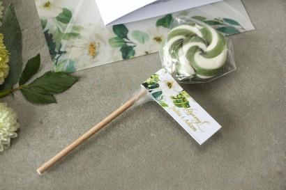 Lizaki - słodkie podziękowania dla gości weselnych. Biało-zielona przywieszka ze złoconymi napisami