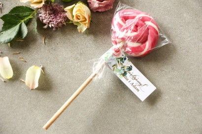 Lizaki - słodkie podziękowania dla gości weselnych. Pastelowa, różowa przywieszka ze złoconymi napisami