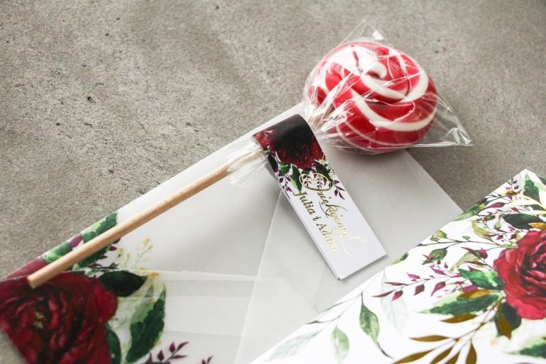 Lizaki - słodkie podziękowania dla gości weselnych. Burgundowa, bordowa przywieszka ze złoconymi napisami