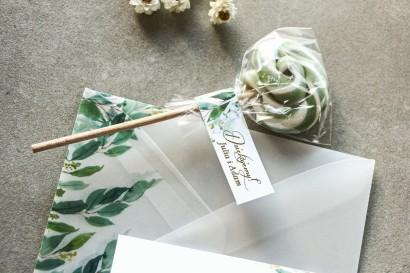 Lizaki - słodkie podziękowania dla gości weselnych. Biało - zielona przywieszka ze złoconymi napisam oraz z konwalią