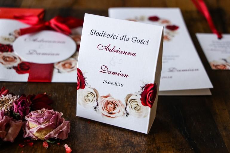 Pudełeczko na słodkości jako podziękowania dla gości weselnych - Wzór z kremowymi i bordowymi różami