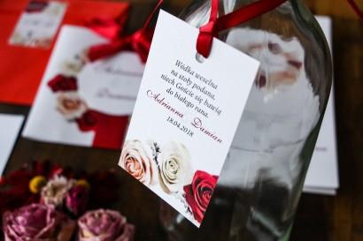 Zawieszki na butelki weselne. Grafika z kremowymi i bordowymi różami