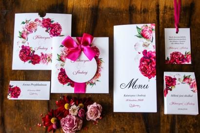 Amarantowe zaproszenia ślubne z różowymi i amarantowymi piwoniami. Odcienie mocnego różu