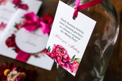 Zawieszki na butelki weselne. Grafika z różowymi i amarantowymi piwoniami. Odcienie mocnego różu
