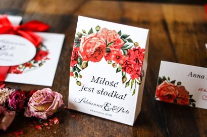 Pudełeczko na słodkości - podziękowania dla gości. Grafika z bordowymi, czerwonymi kwiatami