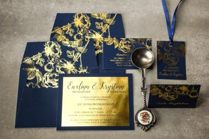Granatowe zaproszenia ślubne ze złoceniem grafiki róż oraz elegancka, granatowa koperta ze złoceniem