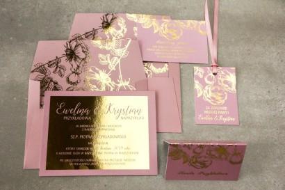 Różowe zaproszenia ślubne ze złoceniem grafiki róż oraz elegancka, różowa koperta ze złoceniem