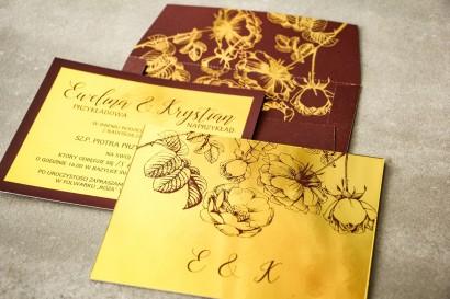 Bordowe zaproszenia ślubne ze złoceniem grafiki róż oraz elegancka, bordowa koperta ze złoceniem