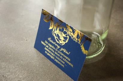 Granatowy bilecik do zaproszeń ślubnych w stylu Glamour ze złoceniem grafiki róż