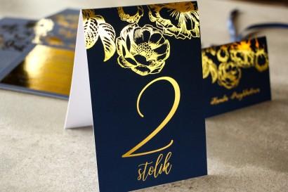 Granatowe Numery stolików w stylu Glamour ze złoceniem grafiki róż
