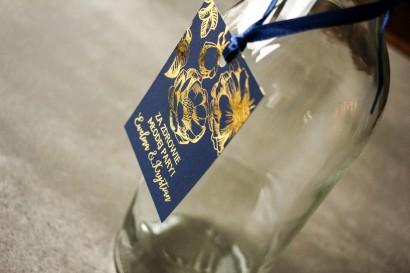 Granatowe zawieszki na butelki weselne w stylu Glamour ze złoceniem grafiki róż