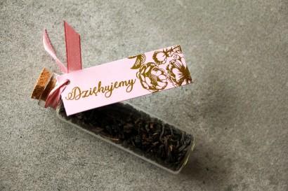 Podziękowania dla Gości w postaci buteleczek z herbatą. Różowa przywieszka w stylu Glamour ze złoceniem grafiki róż