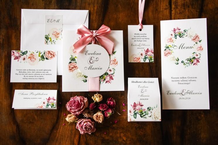 Zaproszenia ślubne kremowo-różowe z pastelowymi różami, goździkiem, eustomą i frezją