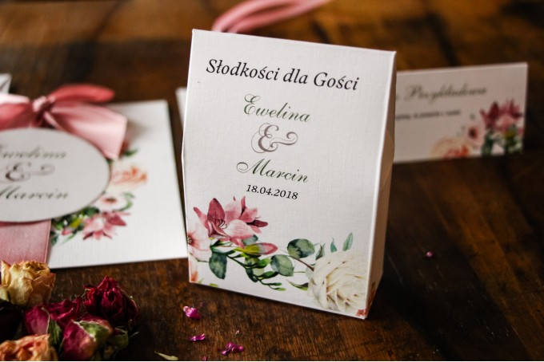 Pudełeczko na słodkości jako podziękowania dla gości weselnych - Kremowo-różowy wzór z pastelowymi różami, goździkiem, eustomą