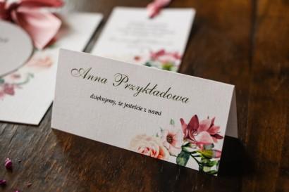 Kremowo-Różowe Winietki ślubne z pastelowymi różami, goździkiem, eustomą i frezją