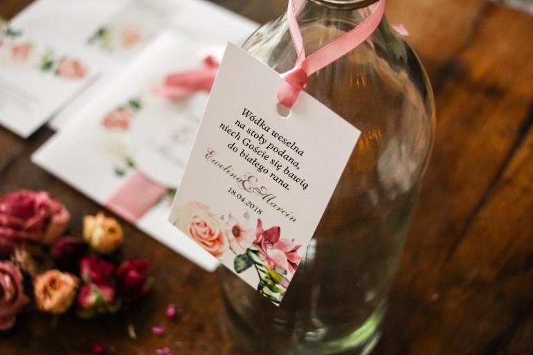 Kremowo-różowe Zawieszki na butelki weselne z pastelowymi różami, goździkiem, eustomą i frezją
