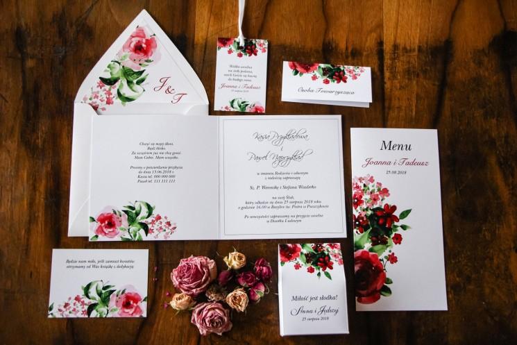 Zaproszenia ślubne z bordowymi kwiatami w połączeniu z zielenią liści. Koperta w delikatnej szarości
