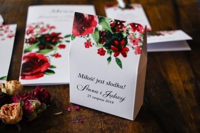 Pudełeczko na słodkości, podziękowania dla gości weselnych z bordowymi kwiatami w połączeniu z zielenią liści