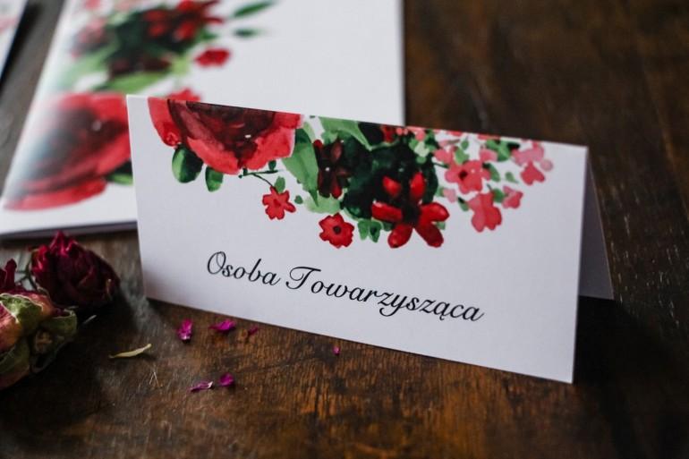 Winietki ślubne z bordowymi kwiatami w połączeniu z zielenią liści