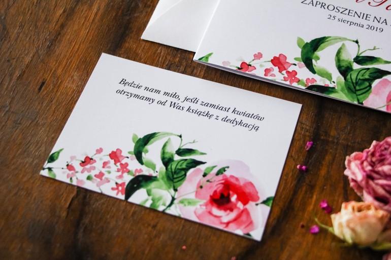 Bilecik do zaproszenia ślubnego z bordowymi kwiatami w połączeniu z zielenią liści