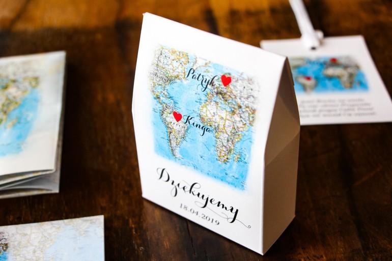 Podziękowania dla gości. Pudełeczko na słodkości z grafiką mapy Świata dla Par pochodzących z różnych krajów.