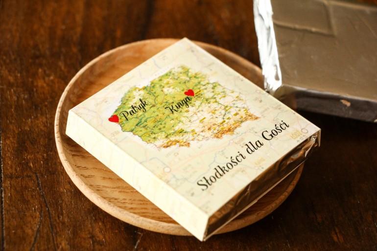 Podziękowanie dla gości weselnych w postaci mlecznej czekoladki, owijka z mapą Polski dla par pochodzących z różnych miast