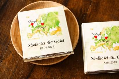 Podziękowanie dla gości weselnych w postaci mlecznej czekoladki, owijka z mapą Europy dla par pochodzących z różnych krajów