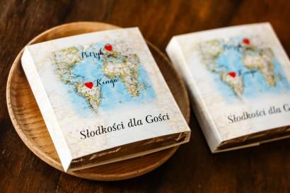 Podziękowanie dla gości weselnych w postaci mlecznej czekoladki, owijka z mapą Świata dla par pochodzących z różnych krajów