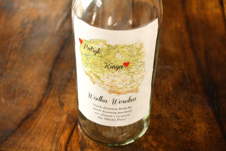 Etykiety samoprzylepne na butelki weselne z mapą Polski dla par pochodzących z różnych miast
