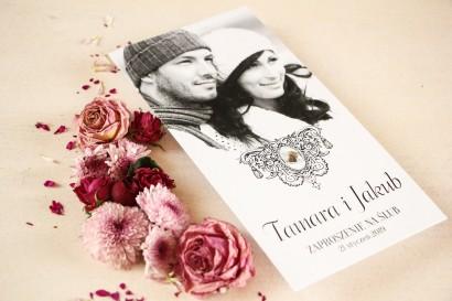 Zaproszenia Ślubne ze Zdjęciem z ornamentem oraz dużym kamykiem ozdobnym