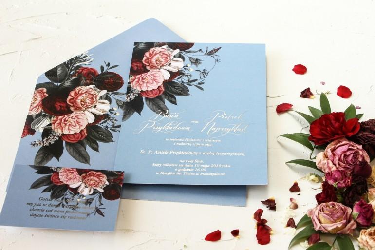 Zaproszenia ślubne w stylu glamour ze srebrnym tekstem – przygaszony niebieski kolor w połączeniu z burgundowo-różowym bukietem
