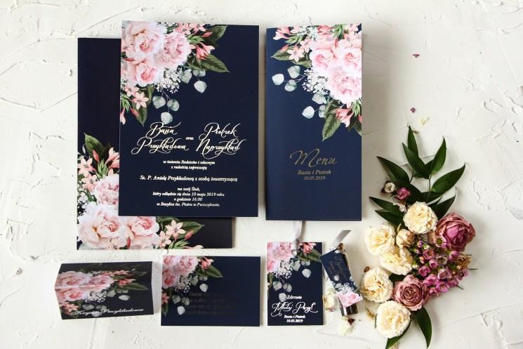 Granatowe zaproszenia ślubne w stylu glamour ze srebrnym tekstem – różowy bukiet piwonii na ciemnym tle z dodatkiem eukaliptusa
