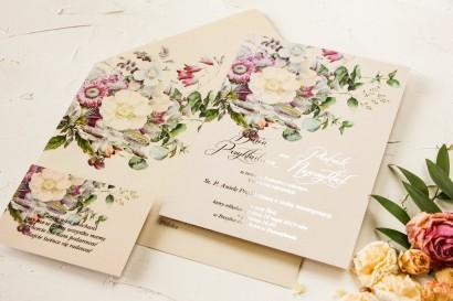 Kremowe zaproszenia ślubne w stylu glamour – kremowe i różowe kwiaty z dodatkiem zielonego eukalpitusa