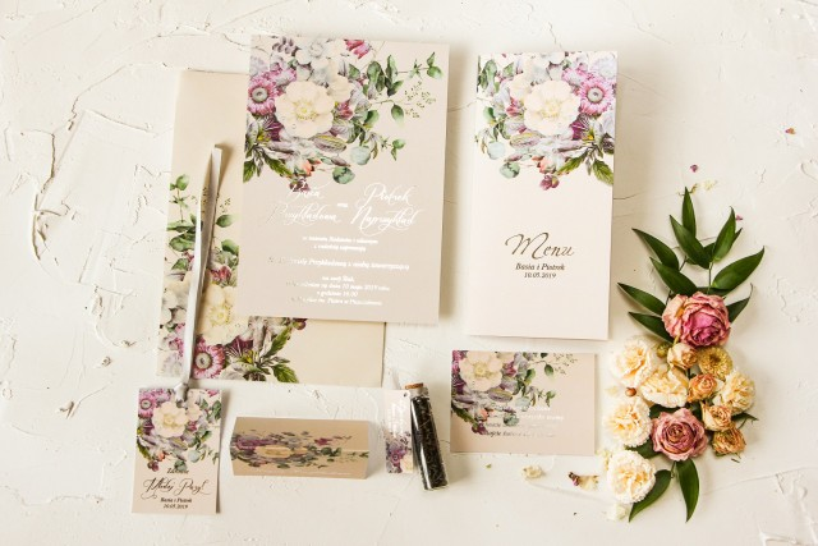 Kremowe zaproszenia ślubne w stylu glamour z delikatnym bukietem w stylu vintage – kremowe i różowe kwiaty